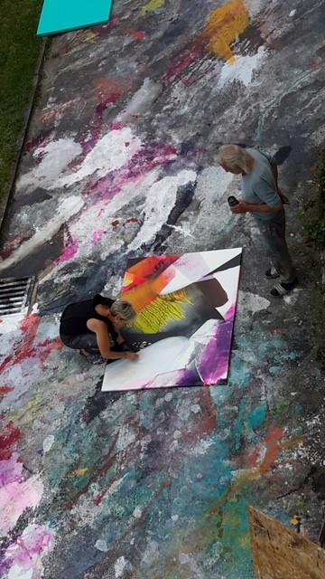 Die Künstlerin bei der Arbeit